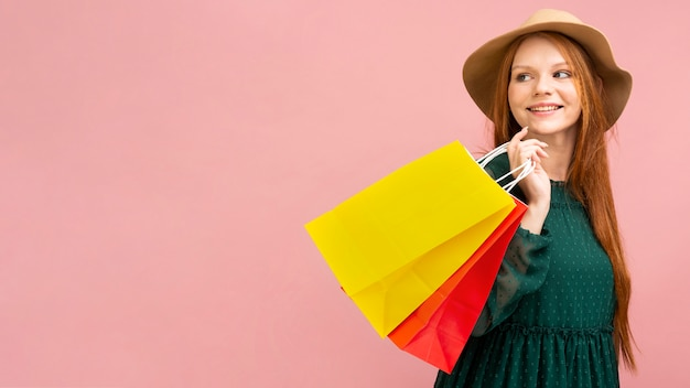 Tiro medio, mujer, tenencia, bolsas de compras