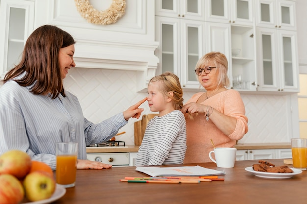 Tiro medio mujeres y niños en la cocina