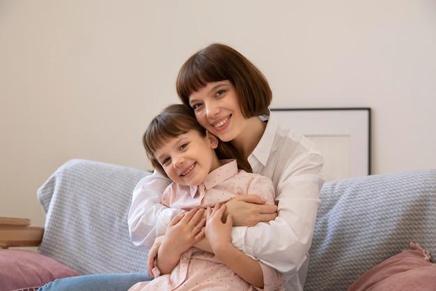 Tiro medio niña feliz y madre