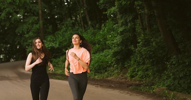 Tiro medio niña sonriente corriendo en la naturaleza