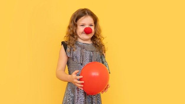 Tiro medio niña vistiendo nariz de payaso