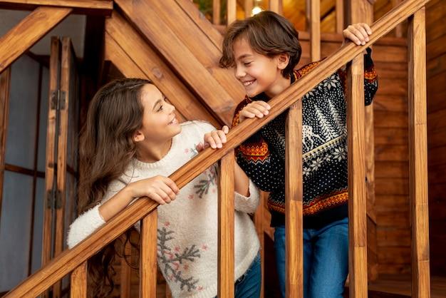 Tiro medio niños felices en las escaleras