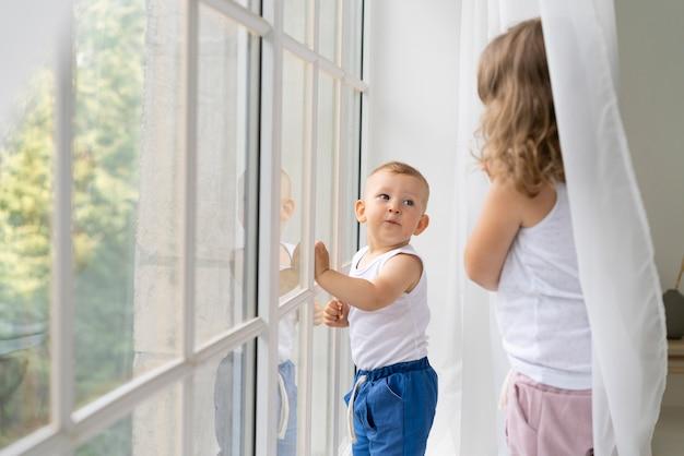 Tiro medio a los niños en la ventana