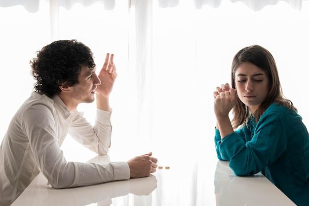 Tiro medio pareja discutiendo