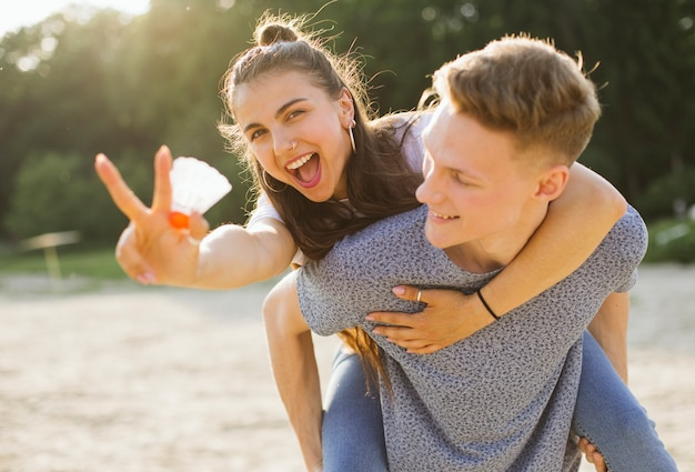 Tiro medio pareja divirtiéndose al aire libre