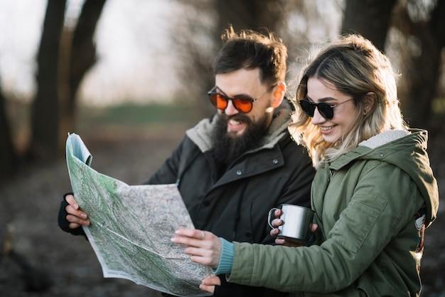 Tiro medio pareja con mapa