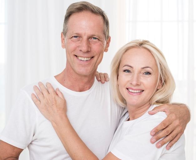 Tiro medio pareja sonriente posando juntos