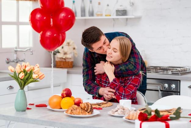 Tiro medio socios felices en la cocina
