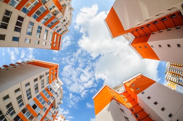 Tiro de ojo de pez de nuevos edificios residenciales