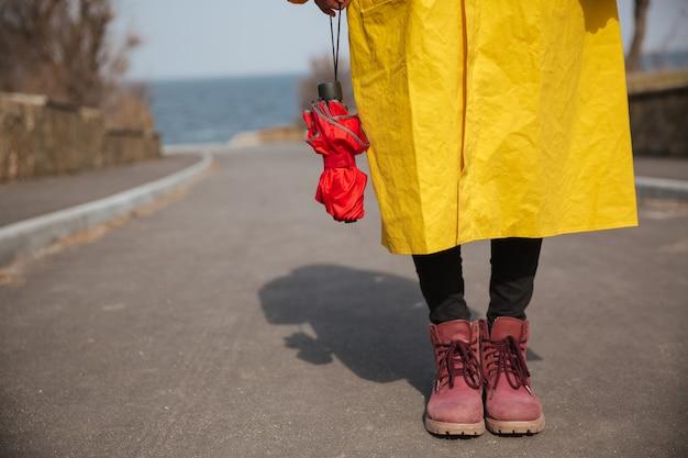 Tiro de paraguas y piernas de mujer