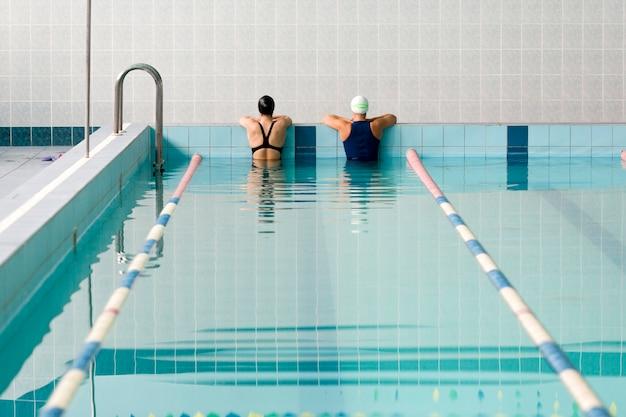 Tiro posterior de amigos nadadores