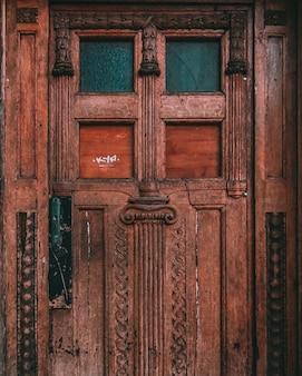 Tiro simétrico de una vieja puerta de madera desgastada