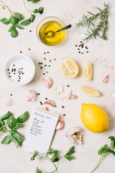 Tiro vertical de aceite de oliva con ingredientes para cocinar