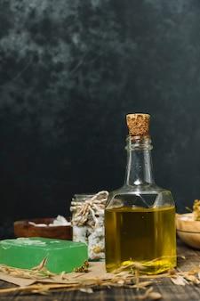 Tiro vertical de aceite de oliva con pastilla de jabón