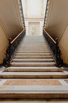 Tiro vertical de ángulo bajo de una escalera dentro de un hermoso edificio histórico