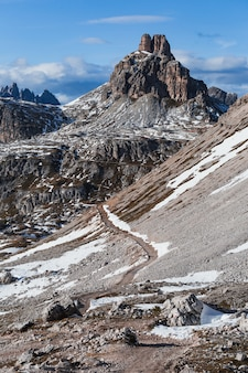 Tiro vertical de ángulo bajo de la montaña paternkofel en los alpes italianos