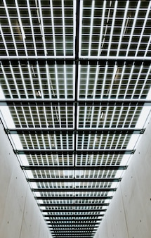 Tiro vertical de ángulo bajo del techo de metal en un edificio de concreto