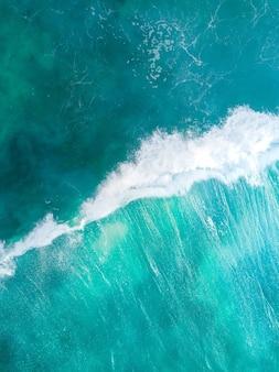Tiro vertical de arriba mar azul