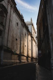 Tiro vertical de una calle estrecha con edificios a su lado en lisboa, portugal.