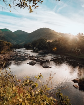 Tiro vertical de las colinas junto al hermoso río