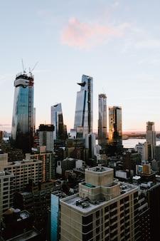 Tiro vertical de los edificios y rascacielos en la ciudad de nueva york, estados unidos