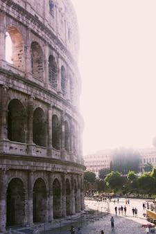 Tiro vertical del gran coliseo romano en un día soleado
