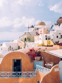 Tiro vertical de hermosos edificios en la isla de santorini en el mar egeo, cícladas, grecia