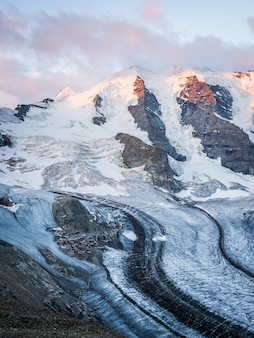 Tiro vertical de una montaña nevada bajo un cielo nublado