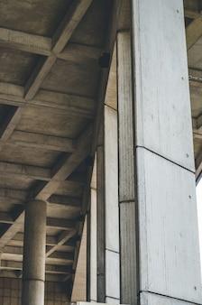 Tiro vertical de pilares de madera.