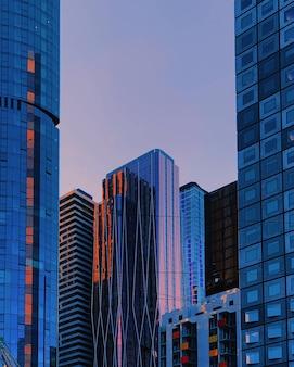 Tiro vertical de rascacielos azules