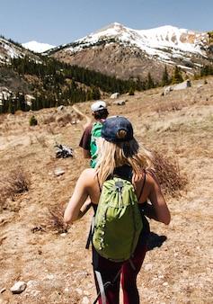 Tiro vertical de senderismo poeple en una montaña durante el día