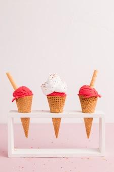 Titular con conos de helado rojos.