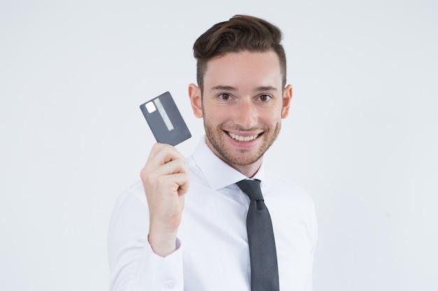 Titular de tarjeta alegre utilizando el pago sin efectivo