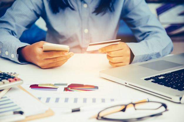 Titulares de tarjetas de crédito y computadoras portátiles usadas pedido y pago