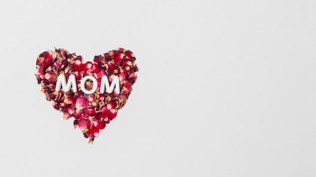 Título de mamá en corazón decorativo rojo de pétalos de flores.