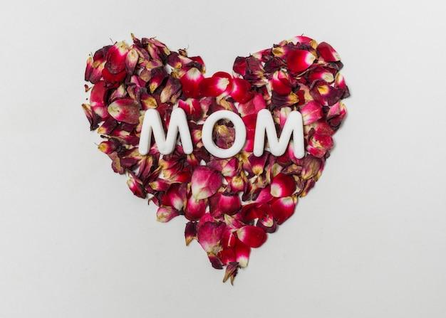 Título de mamá en rojo corazón decorativo de flores.