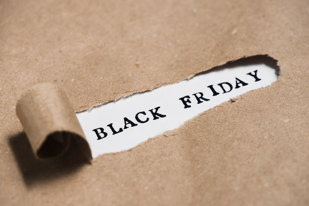 Titulo de viernes negro entre papel artesanal.