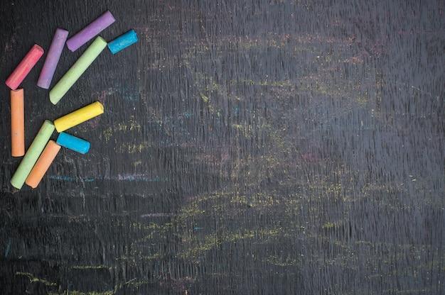 Tiza multicolor en tablero para fondo de educación