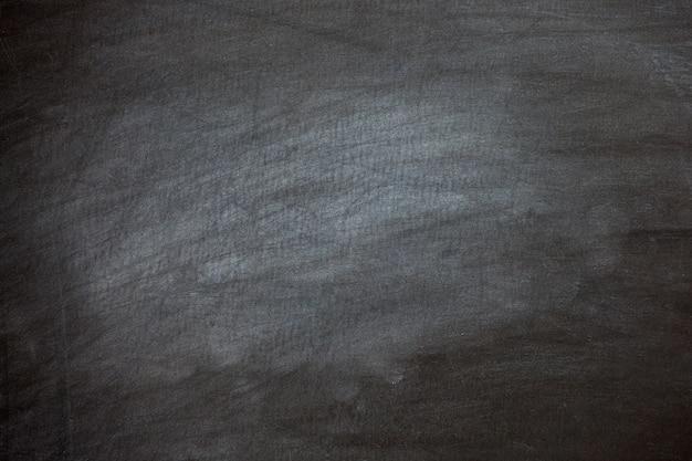 Tiza de primer plano borrada en la pizarra