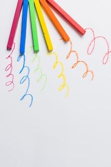 Tizas en colores lgbt de colores y líneas ondulantes.