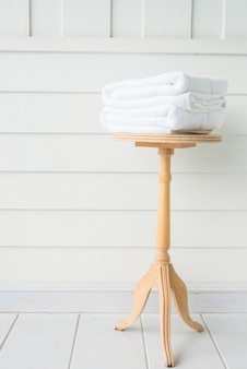 Toalla de baño en mesa de madera.