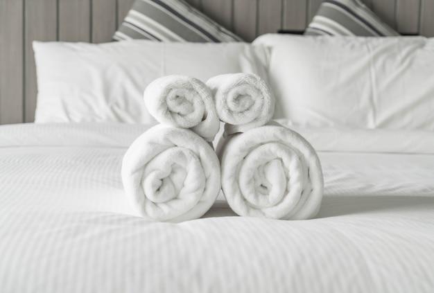 Toalla blanca en la decoración de la cama en el interior del dormitorio