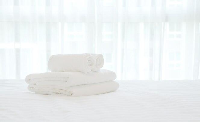 Toalla blanca en la cama blanca en la habitación