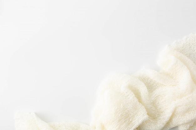 Toalla blanca sobre fondo blanco.