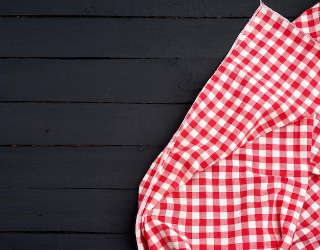 Toalla de cocina a cuadros rojo blanco sobre un oscuro