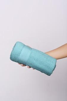 Toalla de color en manos humanas