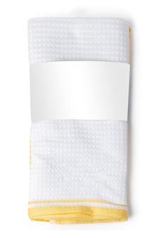 Toalla doblada suave aislada en el fondo blanco