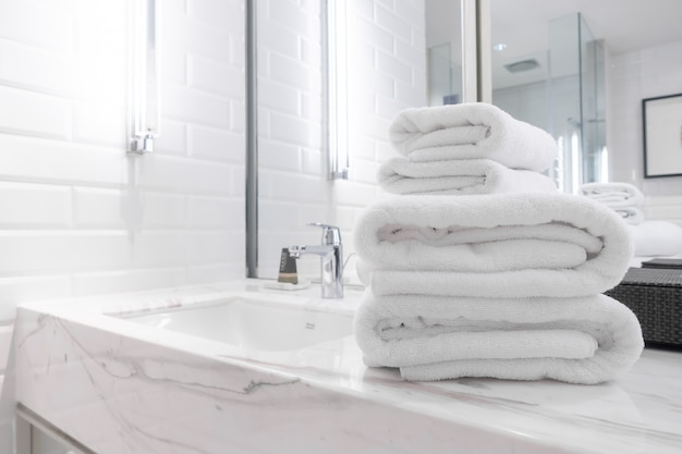 Toalla de ducha en el baño