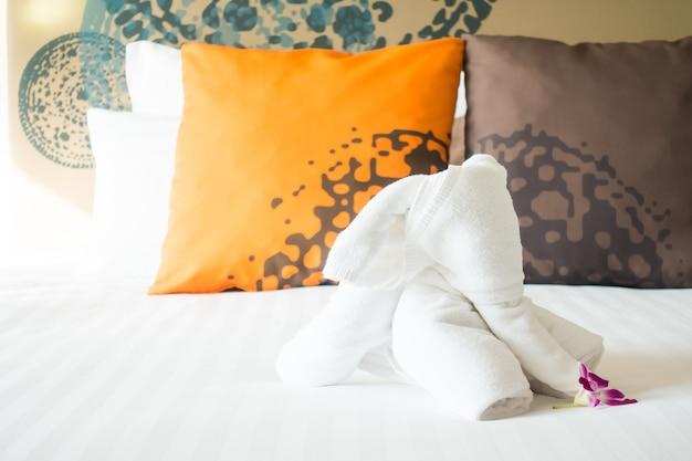 Toalla de elefante en la decoración de la cama