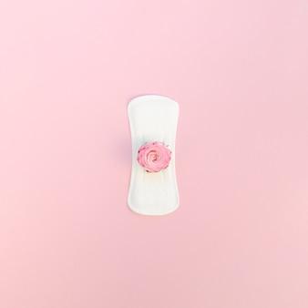 Toalla limpia y plana con rosa rosa